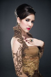 Nadine ames putri indonesia 2010 bergaya bak artis india