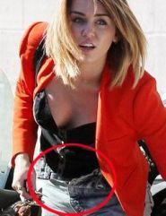 mengenakan celana denim yang membuat underwear-nya kelihatan. :-P